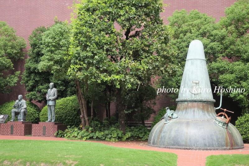 山崎蒸溜所、操業当時釜と銅像