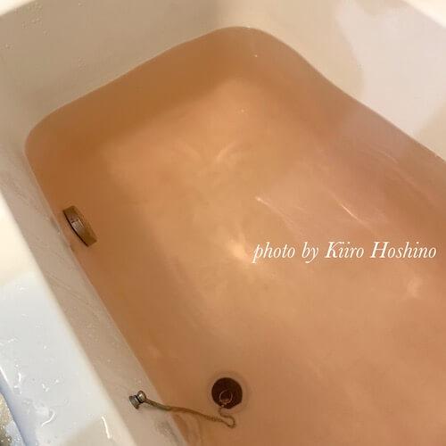 イルコルポバスパウダー、ローズお湯の色